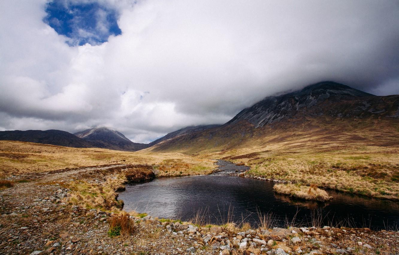 Фото обои трава, облака, горы, озеро, камни, Шотландия