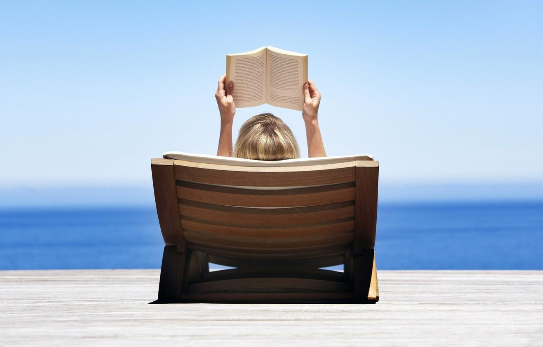 Фото обои море, пляж, небо, вода, девушка, природа, блондинка, лежит, книга