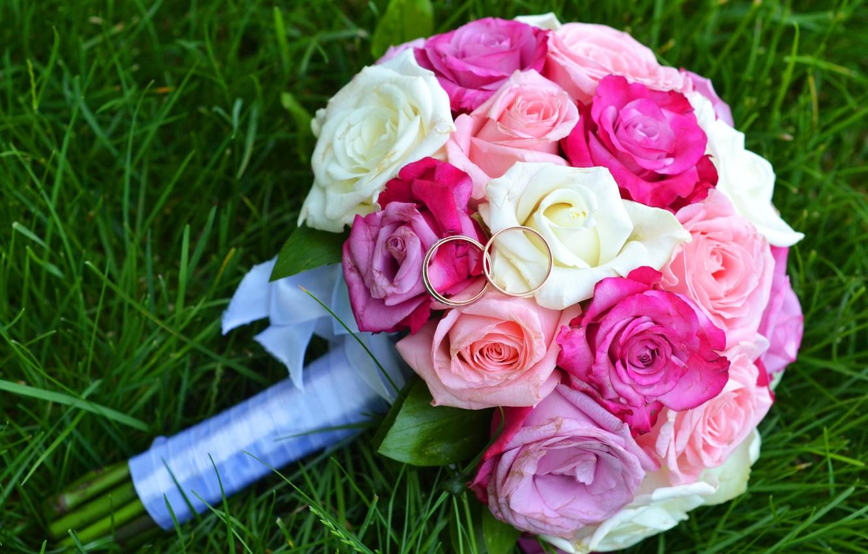 Фото обои трава, розы, букет, кольца, свадьба, обручальные