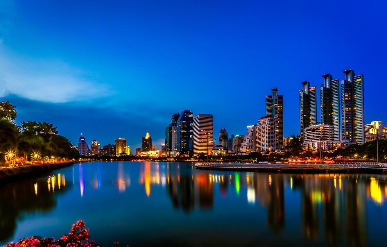 Фото обои ночь, огни, озеро, отражение, зеркало, горизонт, Таиланд, Бангкок, голубое небо, Бенджакити парк
