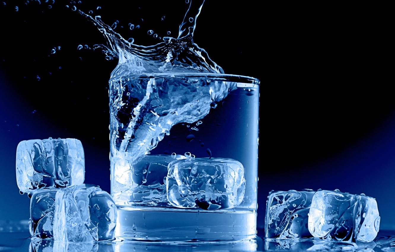 Фото обои лед, вода, стакан, всплеск, кубики льда