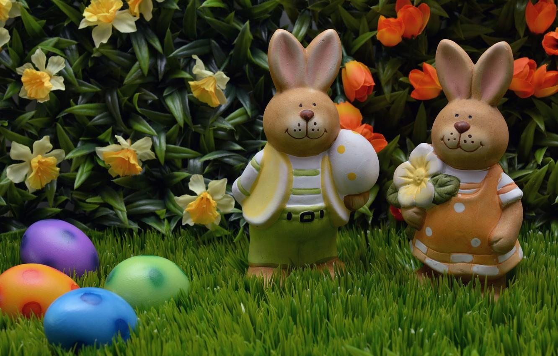 Фото обои трава, цветы, природа, праздник, яйца, Пасха, пара, тюльпаны, зайцы, фигурки, нарциссы, Easter, крашенки