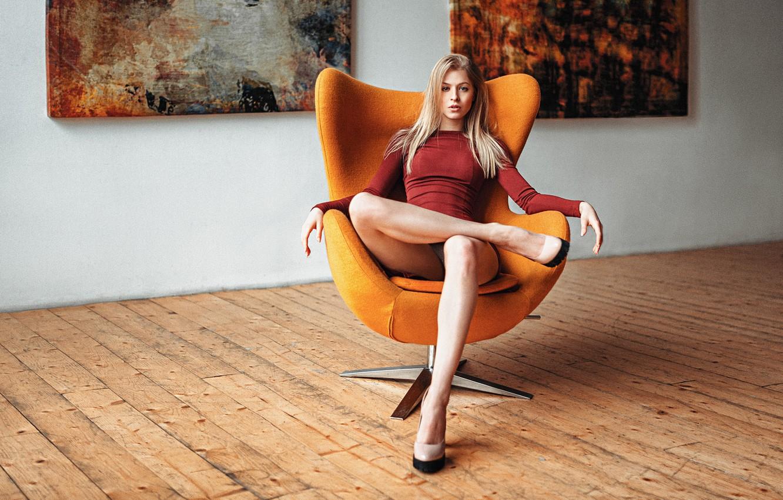 Красивая девушка в кресле фото 10