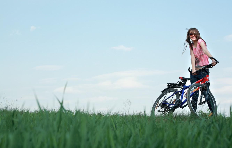 Фото обои поле, небо, девушка, радость, велосипед