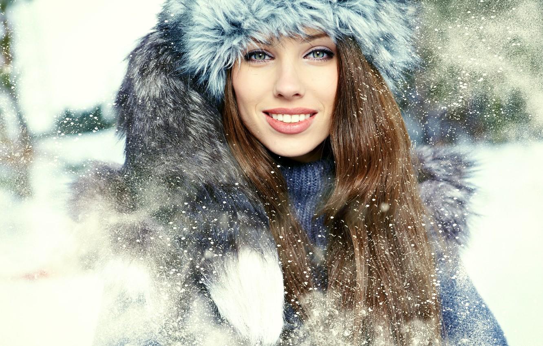 Фото обои зима, взгляд, девушка, снег, улыбка, шапка, воротник, мех, шатенка, зеленоглазая, длинноволосая