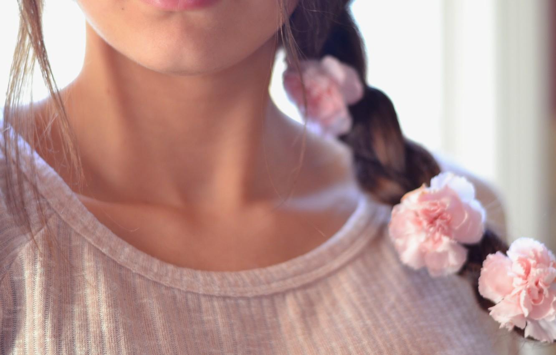 Фото обои девушка, цветы, фон, обои, розовая, настроения, роза, розы, брюнетка, прическа