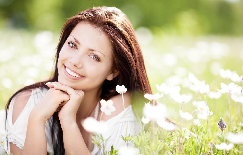 Фото обои лето, трава, цветы, улыбка, милая, волосы, Девушка, весна, брюнетка, луг, Girl, лежит, summer, grass, красивая, ...