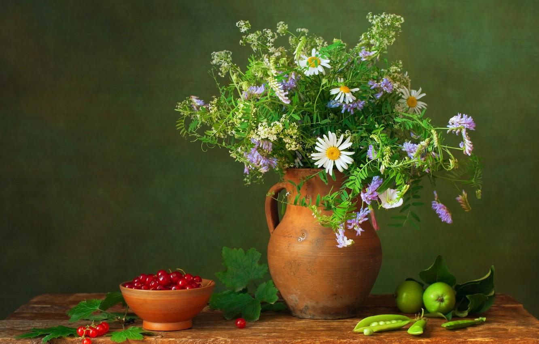 Фото обои цветы, ягоды, стол, яблоки, букет, горох, кувшин, натюрморт