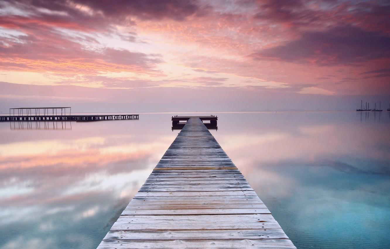 Фото обои море, пляж, небо, вода, облака, закат, оранжевый, мост, гладь, отражение, розовый, вечер, штиль, деревянный, мостик, …