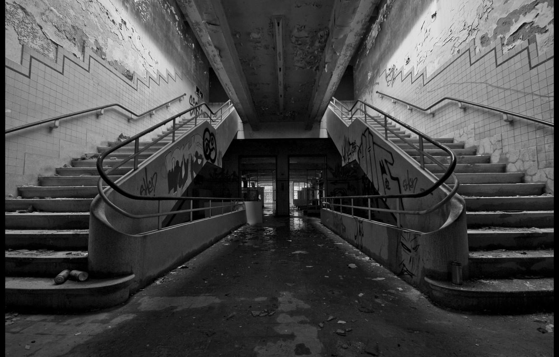 Фото обои фото, фон, обои, стены, здание, чёрно-белое, Граффити, лестница, старое, подъезд
