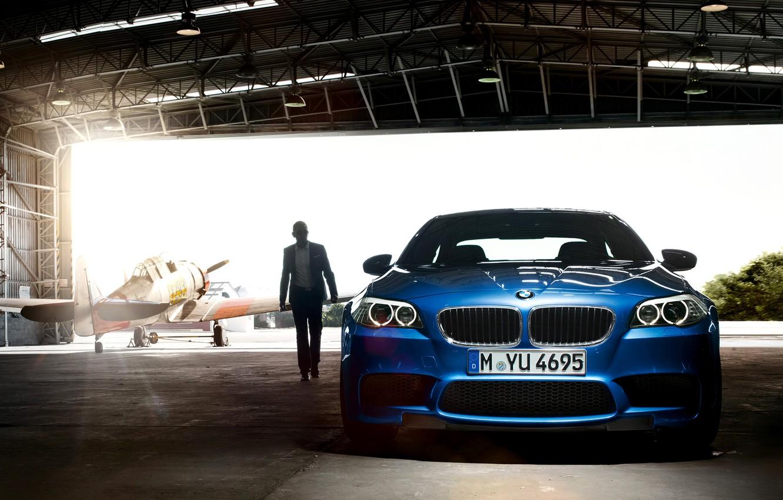 Фото обои car, машина, свет, человек, ангар, light, самолёт, 1920x1200, man, plane, hangar, bmw m5 2011