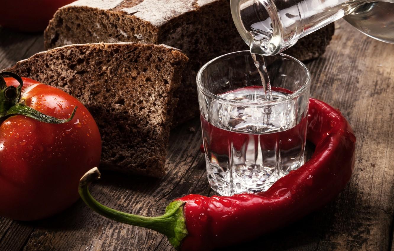 Фото обои красный, черный, хлеб, алкоголь, перец, стопка, водка, помидор
