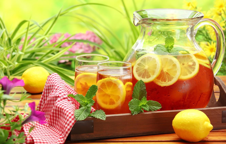 Фото обои зелень, цветы, стол, лимон, чай, стаканы, холодный, напиток, мята, салфетка, графин
