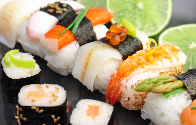 Фото обои лайм, суши, роллы, морепродукты, красная икра, тмин, крабовая палочка
