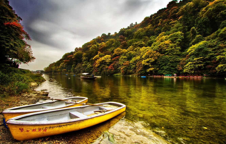 Фото обои небо, деревья, река, берег, две, лодки, Лес, серое