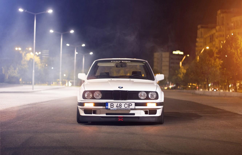 Фото обои белый, ночь, улица, бмв, BMW, white, блик, E30, Sedan, 3 Series