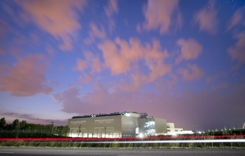 Фото обои небо, звезды, облака, свет, ночь, здание, сооружение, фонари, Germany, data center, Biere