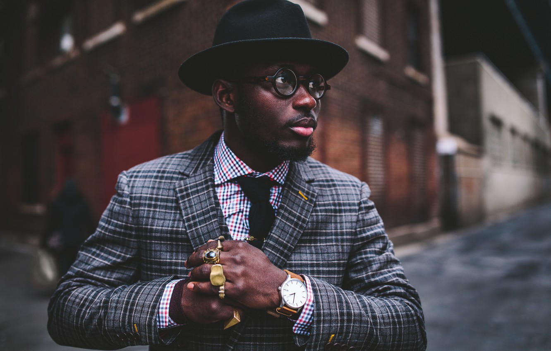 Фото обои улица, часы, кольца, шляпа, очки, губы, угол, мужчина, борода, пальто, боке, городской
