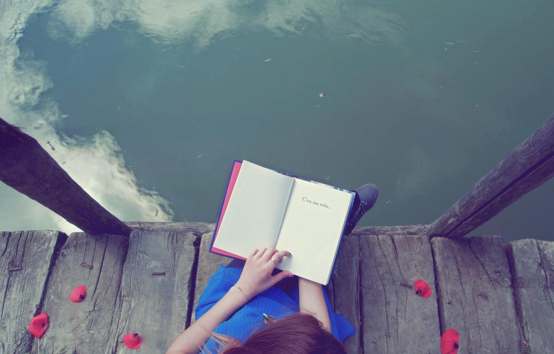 Фото обои вода, девушка, течение, книга