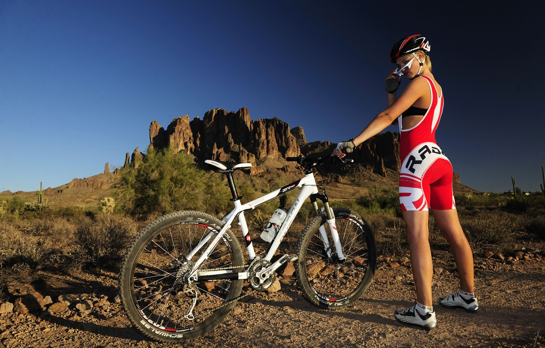 Фото обои девушка, горы, велосипед, cross country