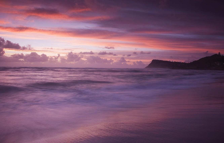 Фото обои море, волны, пляж, облака, закат, тучи, берег, гора, вечер, фиолетовые, розовые, оттенки