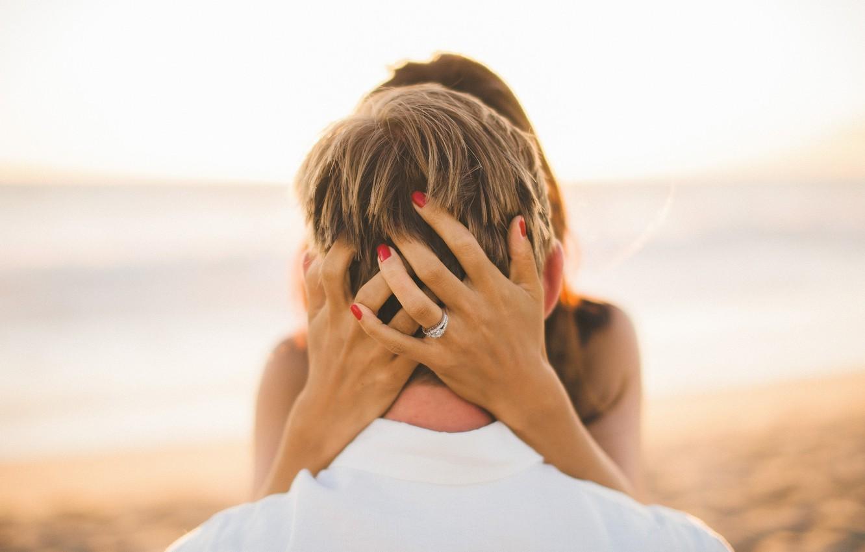 Фото обои голова, руки, кольцо, маникюр
