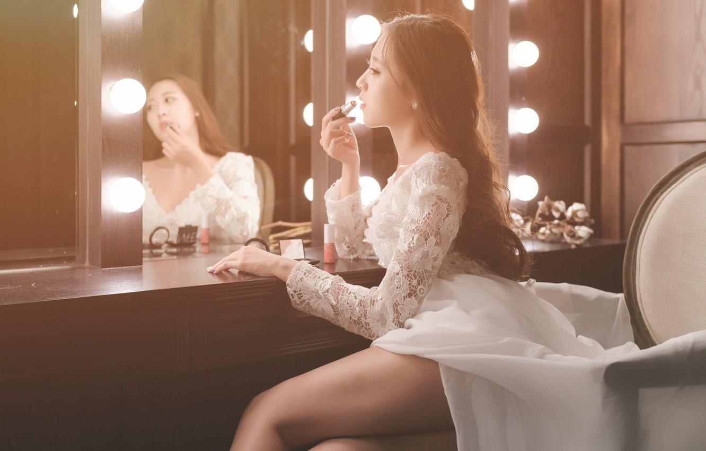 Фото обои девушка, платье, зеркало, помада, ножки, азиатка, милашка