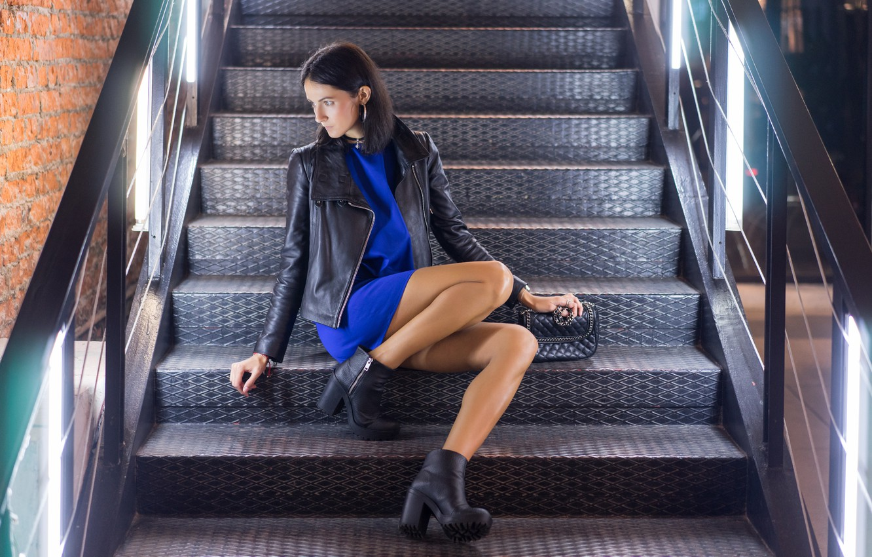 Фото обои девушка, куртка, ступеньки, ножки, сидит