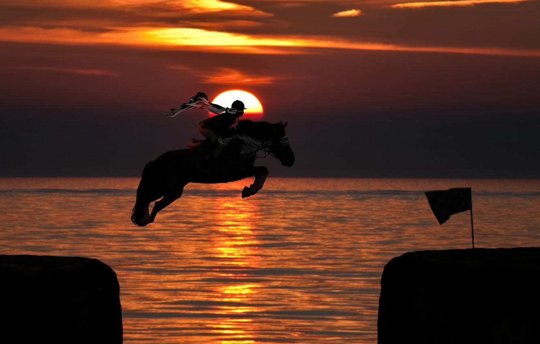 Фото обои закат, океан, прыжок, лошадь, Солнце, всадник
