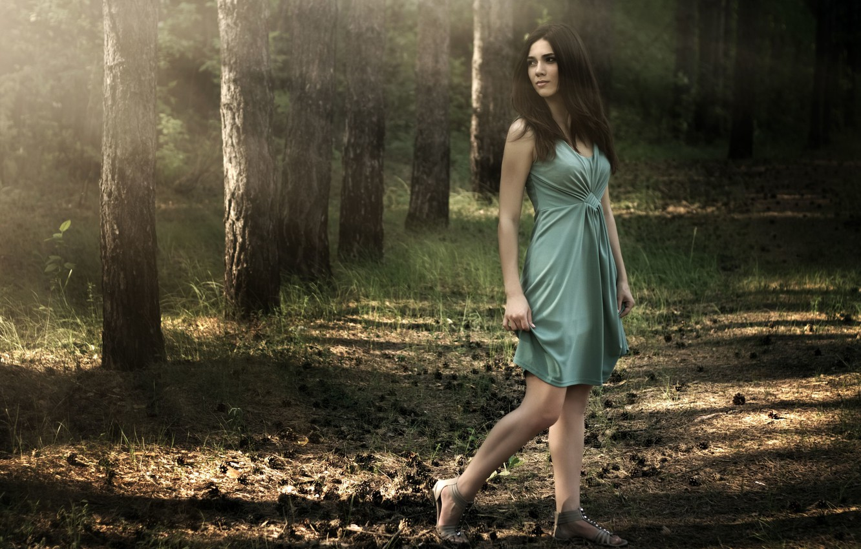 Фото обои зелень, трава, девушка, деревья, природа, лицо, фон, widescreen, обои, настроения, женщина, макияж, платье, брюнетка, wallpaper, …