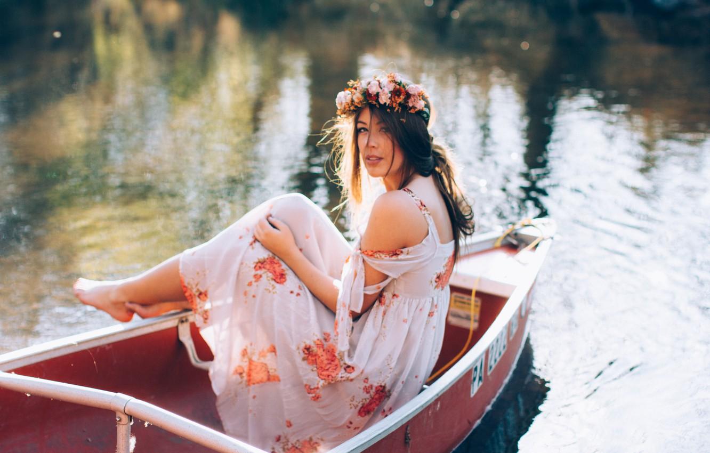 Фото картинки девушки у воды