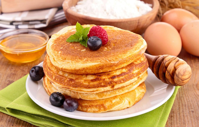 Фото обои ягоды, малина, еда, черника, мед, ложка, посуда, блины, мука, блинчики, оладьи