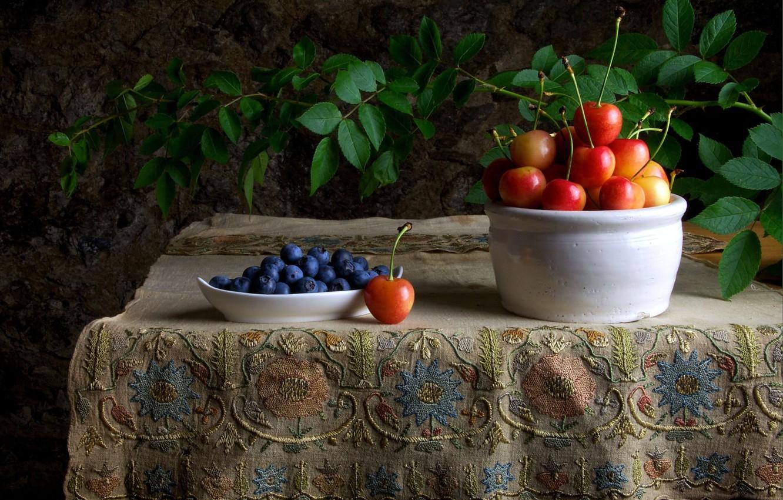 Фото обои ягоды, стол, ветка, черника, натюрморт, черешня, скатерть