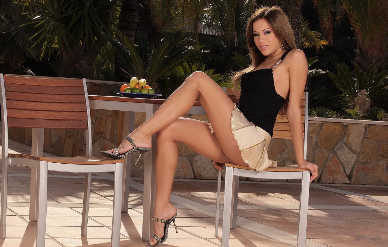Фото обои девушка, стол, юбка, сад, брюнетка, стул, топ, ножки, anita pearl