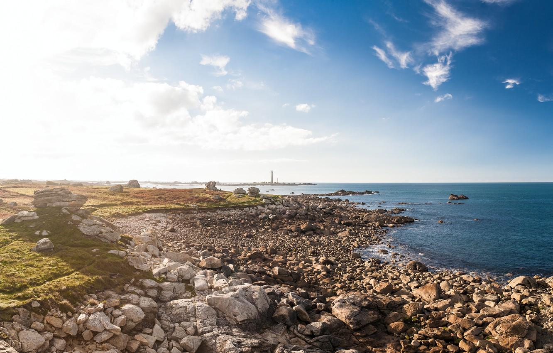 Фото обои небо, облака, камни, океан, берег, Франция, маяк, утро, солнечный свет