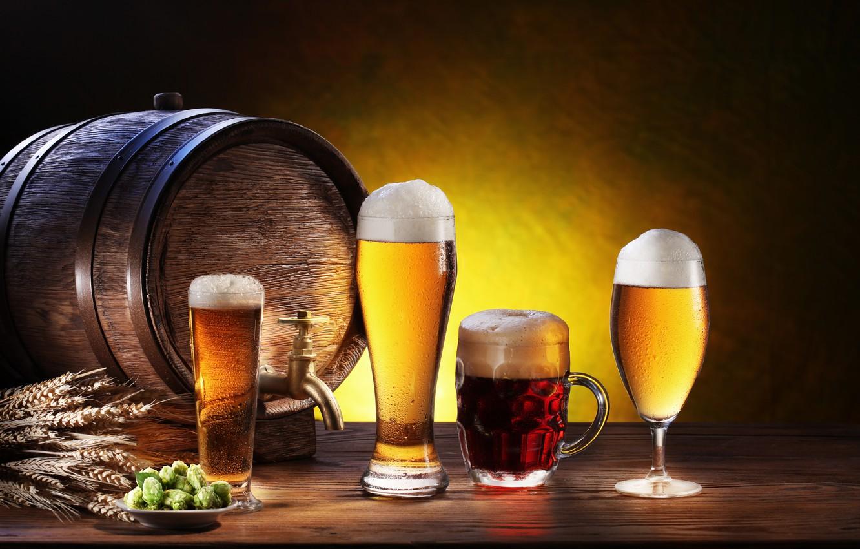Фото обои пена, бокал, пиво, тарелка, кружка, стаканы, колосья, тёмное, светлое, бочонок