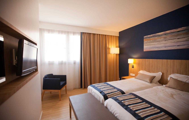 Фото обои стол, комната, лампа, кровать, интерьер, картина, кресло, телевизор, окно, одеяло, шторы, падушки