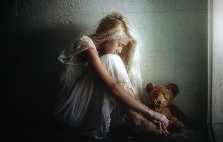 Фото обои грусть, девушка, игрушка, мишка, TJ Drysdale