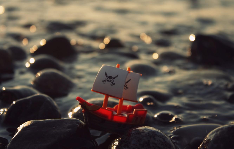 Фото обои море, волны, вода, камни, игрушка, корабль, Роджер, пиратский, веселый