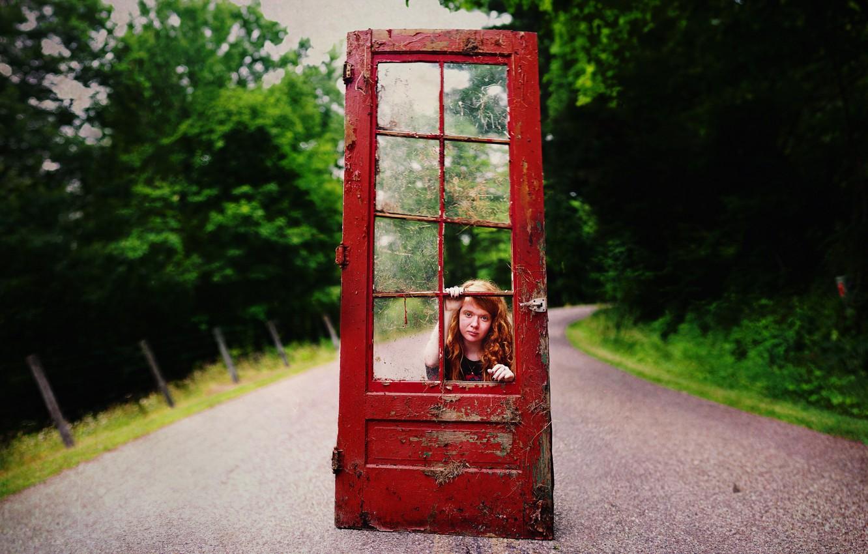 Фото обои дорога, девушка, ситуация, дверь