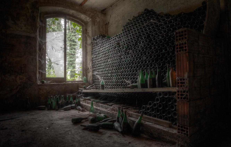 Фото обои комната, окно, бутылки
