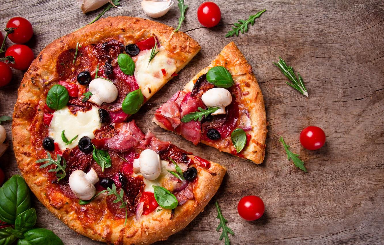 Фото обои грибы, сыр, пицца, помидоры, маслины, шампиньоны, ветчина, салями