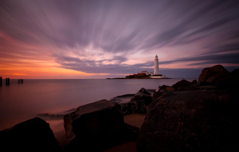 Фото обои море, закат, камни, побережье, маяк, остров, Англия, горизонт, штиль, St. Marys Lighthouse