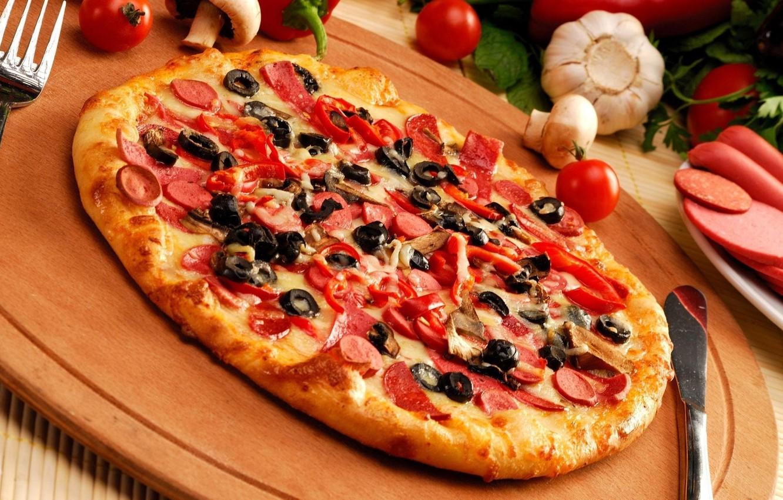 Фото обои грибы, сыр, нож, перец, вилка, пицца, маслины, чеснок, шампиньоны, корж, колбаска