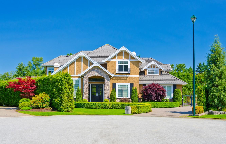 Фото обои зелень, небо, трава, солнце, деревья, дизайн, дом, газон, голубое, фонарь, особняк, кусты