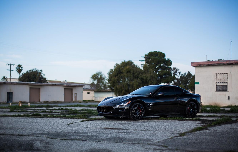 Фото обои деревья, чёрный, Maserati, дома, black, вид сбоку, мазерати, MC Stradale, Granturismo, чёрные диски, грантуризмо, страдале