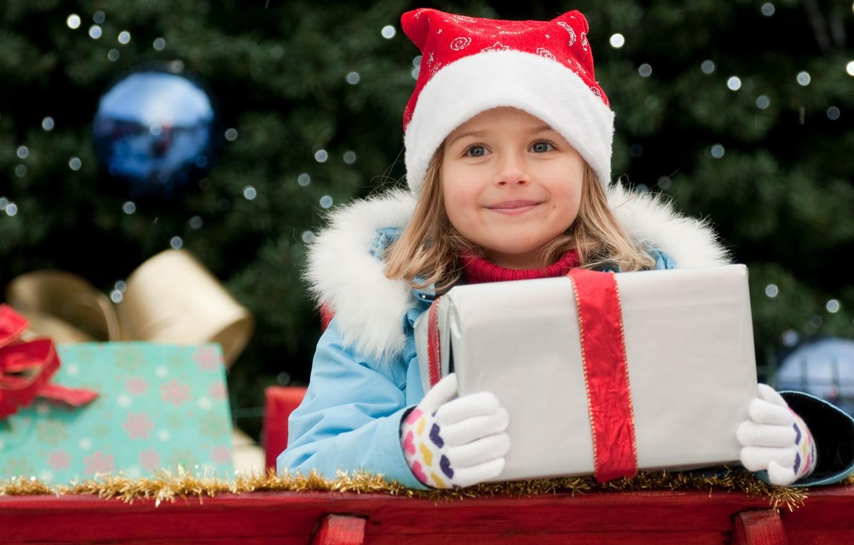 Фото обои радость, счастье, улыбка, праздник, коробка, подарок, новый год, ребенок, куртка, девочка, лента, перчатки, new year, …