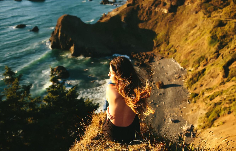 Фото обои волны, девушка, ветер, берег, спина, высота