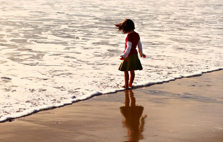 Фото обои песок, море, пляж, лето, вода, дети, фон, обои, настроения, волна, ребенок, малыш, брюнетка, девочка, малышка, …