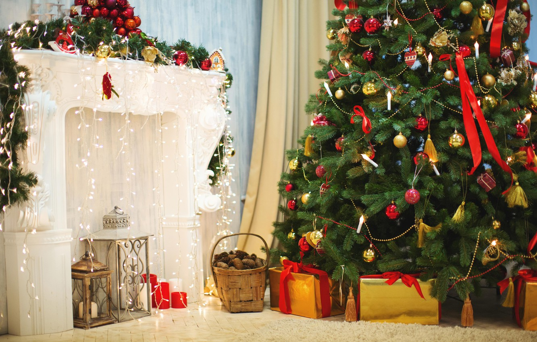 Фото обои украшения, игрушки, елка, Рождество, фонари, подарки, Новый год, ёлка, камин, гирлянда, корзинка